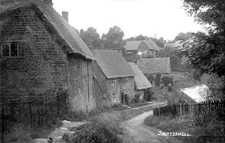 Thatched cottages in Shotteswell.  1930s |  IMAGE LOCATION: (Warwickshire Museum Sites and Monuments Record)