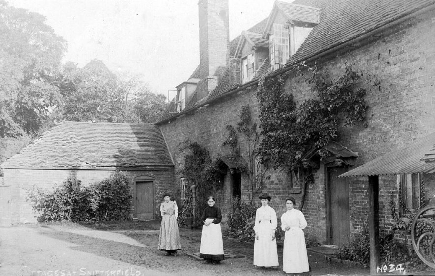 Cottages at Snitterfield.  1900s |  IMAGE LOCATION: (Warwickshire County Record Office)
