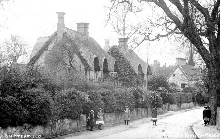 Thatched cottages in Snitterfield.  1900s    IMAGE LOCATION: (Warwickshire County Record Office)