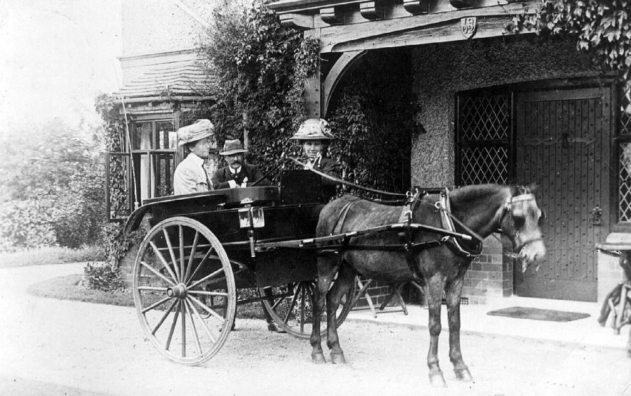 Porch of Kyneton House, Stoneleigh.  Pony and trap carrying two ladies and a gentleman.  1900s |  IMAGE LOCATION: (Warwickshire County Record Office)