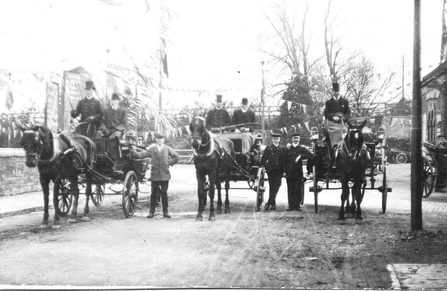 Horse-drawn carriages outside Stratford station.  1900s |  IMAGE LOCATION: (Warwickshire County Record Office)