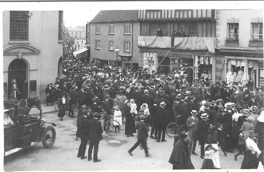 A crowd of people in Bridge Street, Stratford.  Cause not known.  1910s |  IMAGE LOCATION: (Warwickshire County Record Office)