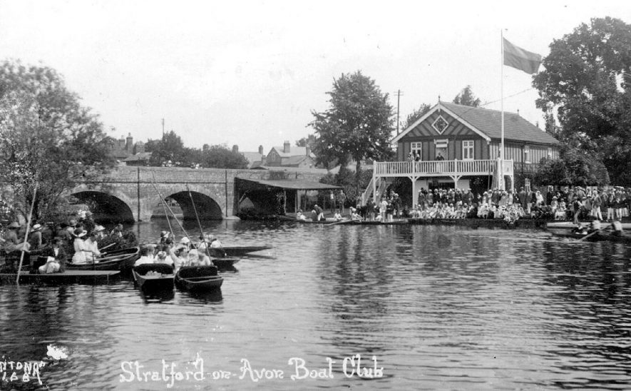 Stratford upon Avon boat club showing boating on the River Avon.  1920s |  IMAGE LOCATION: (Warwickshire County Record Office)