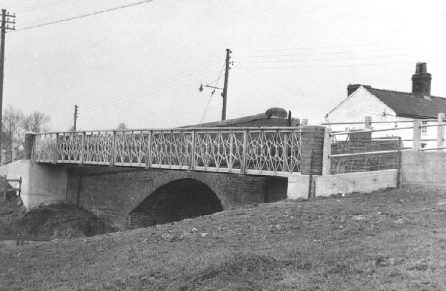 Cuttle Bridge, Long Itchington.  A view of the bridge following repair after a lorry drove into it. 1964, and showing The Two Boats Inn.  1964 |  IMAGE LOCATION: (Warwickshire County Record Office)