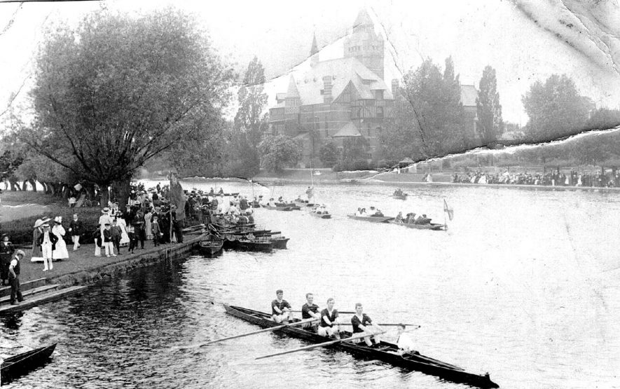 Stratford upon Avon sculling races during a regatta on the River Avon.  1900s |  IMAGE LOCATION: (Warwickshire County Record Office)