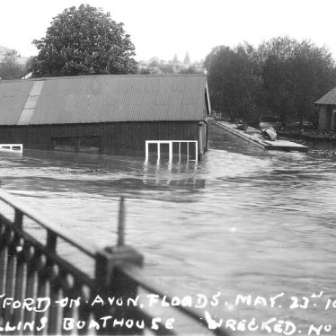 Stratford upon Avon.  Collins boat house in flood