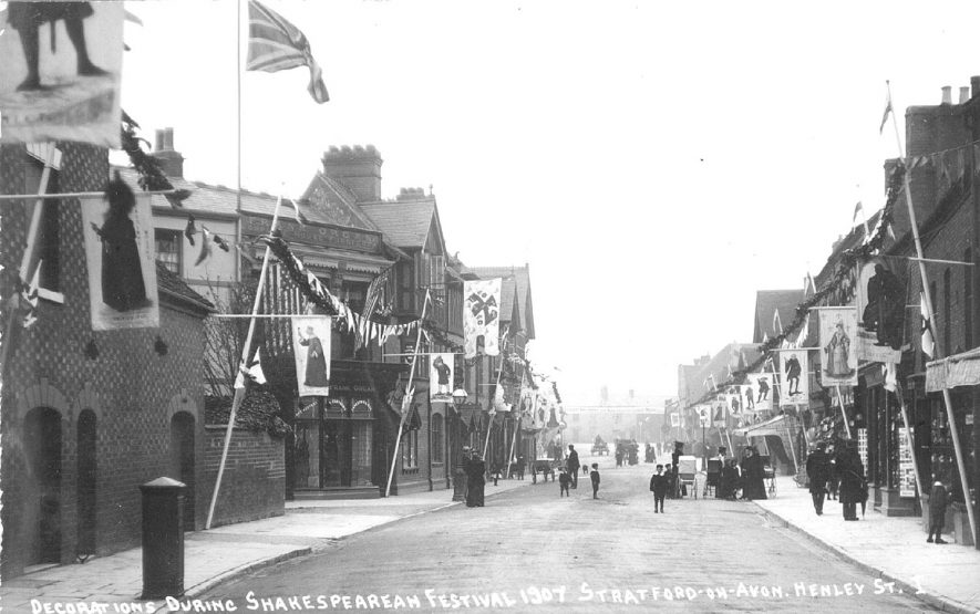 Decorations during Shakespearean Festival in Henley Street, Stratford upon Avon.  1907    IMAGE LOCATION: (Warwickshire County Record Office)