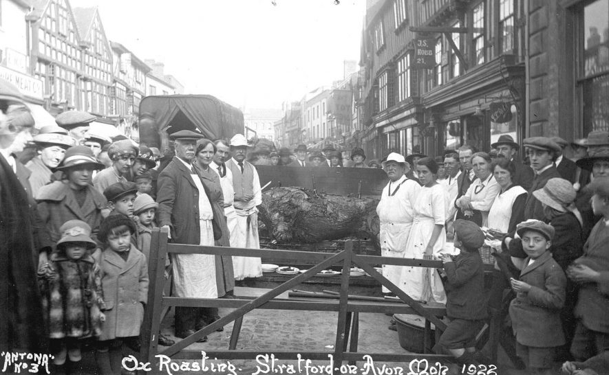 An ox roast at the Stratford upon Avon Mop.  1922 |  IMAGE LOCATION: (Warwickshire County Record Office)