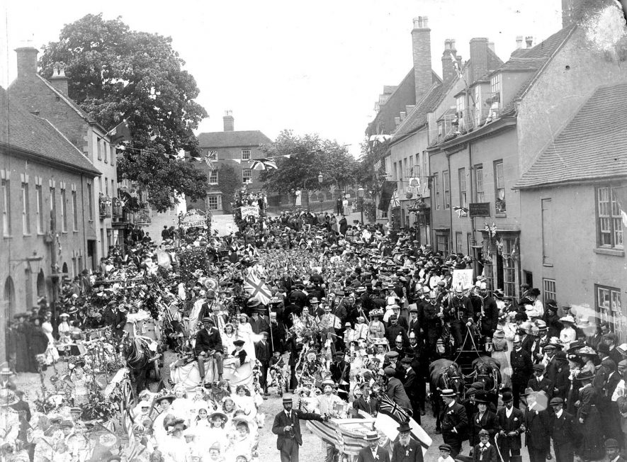 Crowds and floats in the street for George V coronation, Coleshill.  1910 |  IMAGE LOCATION: (Coleshill Library)