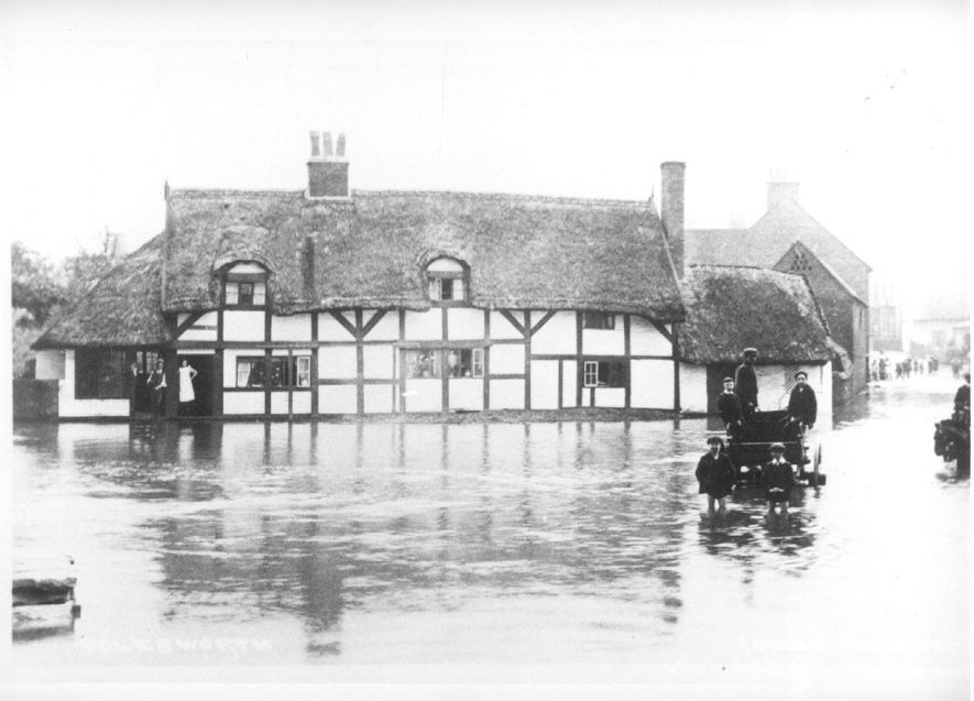 Flooding in The Square at Polesworth.  1910s    IMAGE LOCATION: (Atherstone Library)