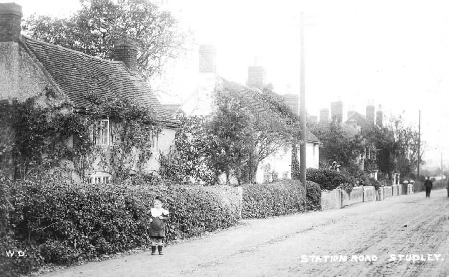 Cottages and a small boy in the road on Station Road, Studley.  1908    IMAGE LOCATION: (Warwickshire County Record Office)