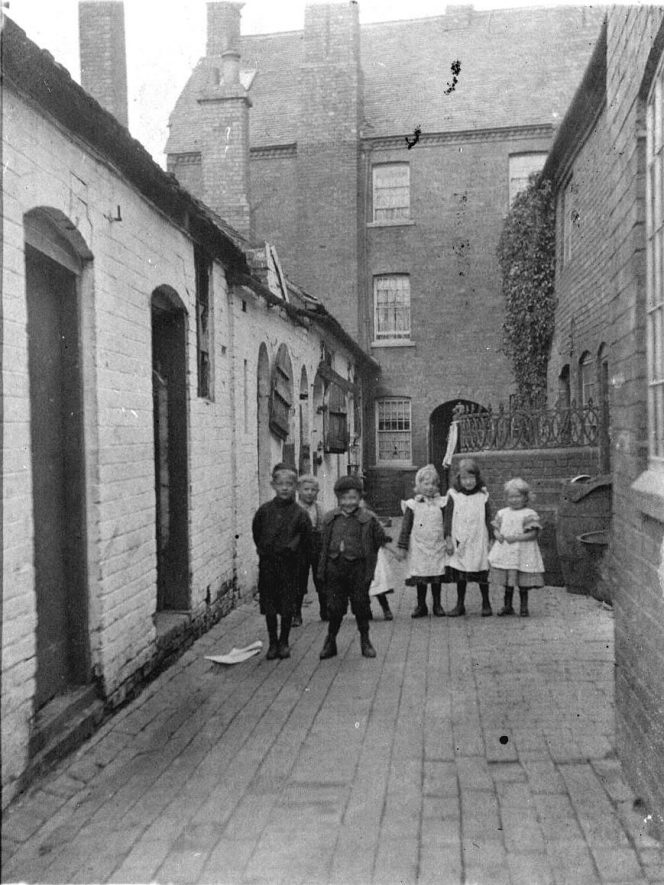 A group of children in Collin's Yard, Atherstone.  1900s |  IMAGE LOCATION: (Warwickshire County Record Office)