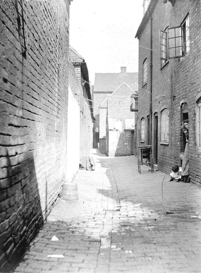 Woods Yard looking towards Long Street, Atherstone.  1900s |  IMAGE LOCATION: (Warwickshire County Record Office)