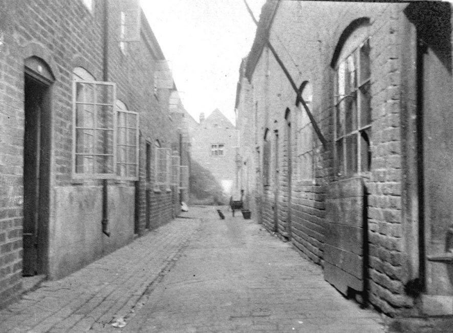 King's Arms Yard between 73-75, looking towards Long Street, Atherstone.  1900s |  IMAGE LOCATION: (Warwickshire County Record Office)