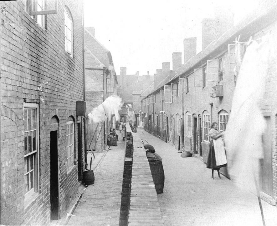 67-69 Druid's Arms Yard to right, Spencer's Yard to left, looking towards Long Street, Atherstone.  1900s    IMAGE LOCATION: (Warwickshire County Record Office)