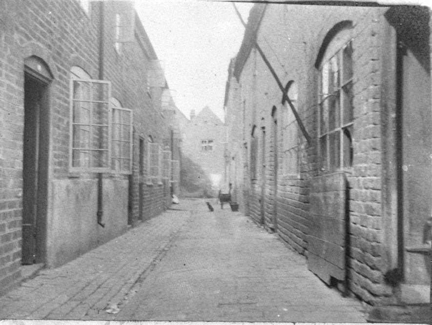 Terraced houses in unknown yard or court, Atherstone.  1900s |  IMAGE LOCATION: (Warwickshire County Record Office)