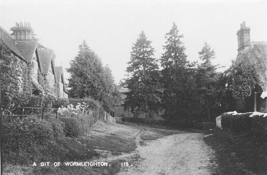 Cottages in a lane,  Wormleighton.  1910s    IMAGE LOCATION: (Warwickshire County Record Office)