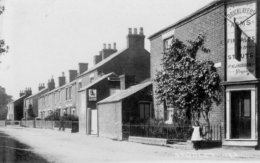 The Bricklayer's Arms and terraced houses in Studley.  1900s |  IMAGE LOCATION: (Warwickshire County Record Office)