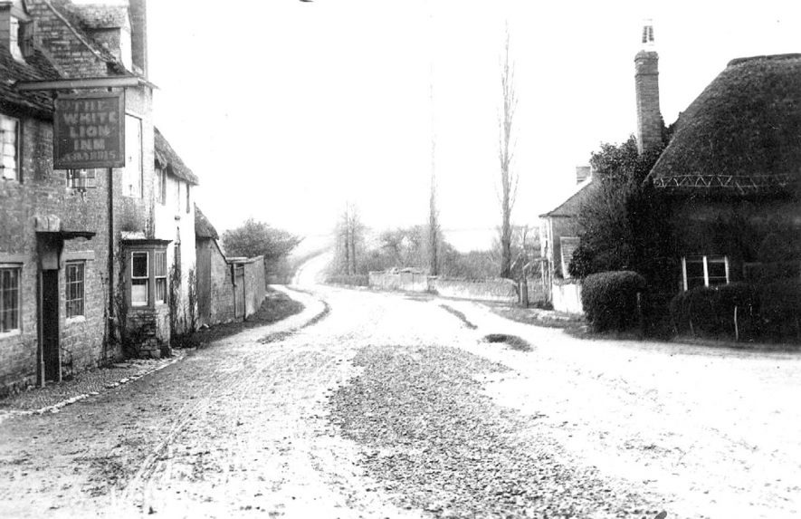 Road leading out of Tredington, showing the White Lion Inn and cottages.  1900s |  IMAGE LOCATION: (Warwickshire County Record Office)