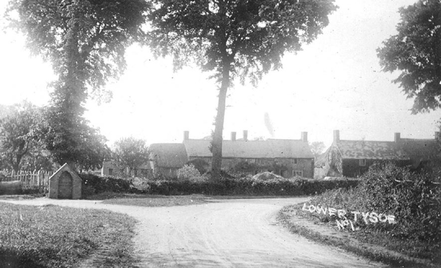 Cottages in Lower Tysoe.  1910s |  IMAGE LOCATION: (Warwickshire County Record Office)