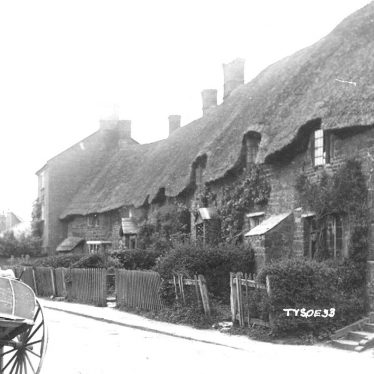 Tysoe.  Thatched cottages in the village