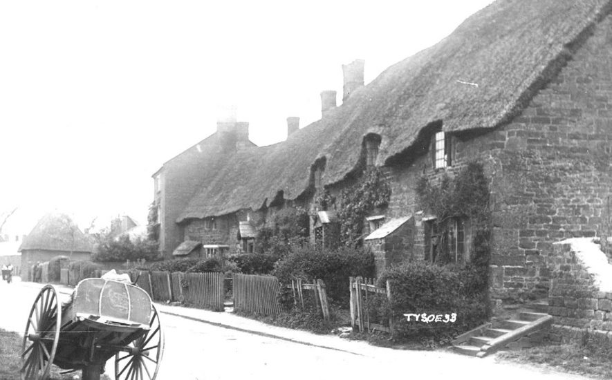 Row of thatched cottages in Tysoe.  1920s |  IMAGE LOCATION: (Warwickshire County Record Office)