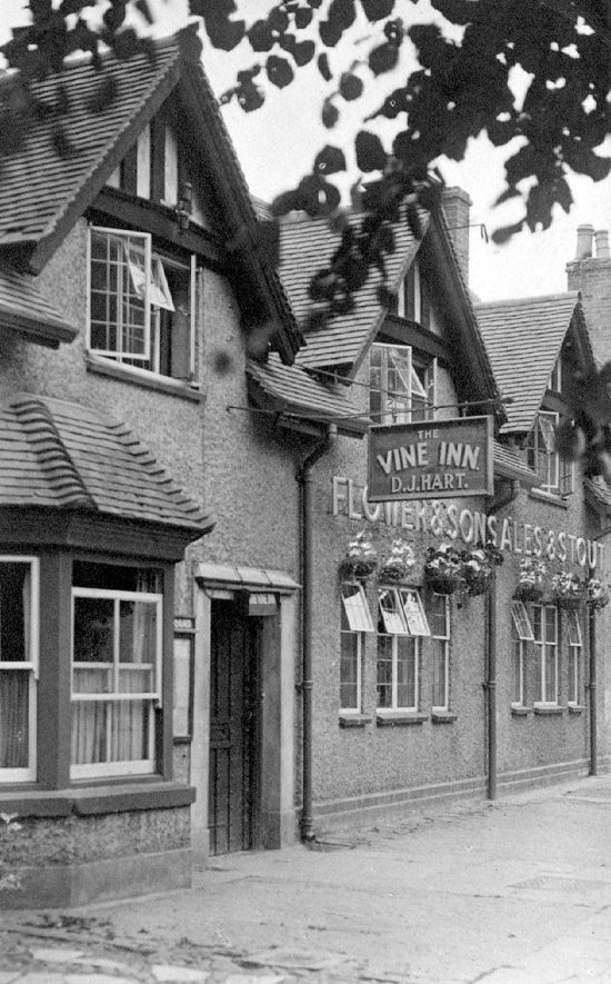 The Vine Inn in West Street, Warwick.  1930s  [Evidence has been provided to show that this photo was taken in the period 1945 - 1950 when the Licencee was D J Hart.] |  IMAGE LOCATION: (Warwickshire County Record Office)