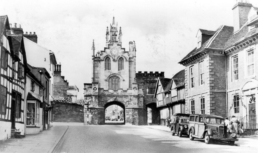 East Gate from Smith Street, Warwick.  1950s |  IMAGE LOCATION: (Warwickshire County Record Office)
