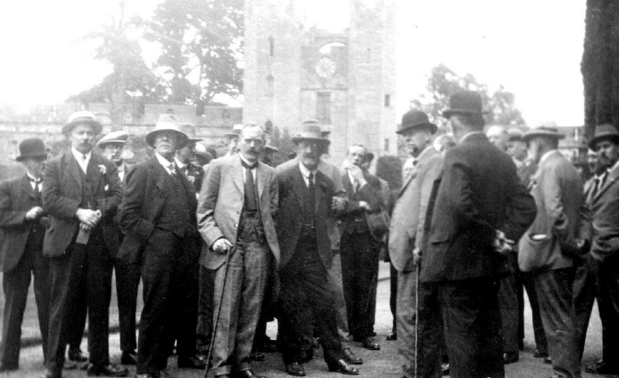Members of Barnes U.D.C. in the courtyard at Warwick Castle.  July 1925 |  IMAGE LOCATION: (Warwickshire County Record Office)