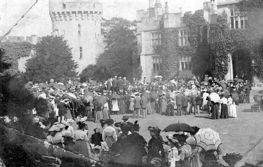 Large crowd of people at a garden party at Warwick Castle.  1900s    IMAGE LOCATION: (Warwickshire County Record Office)