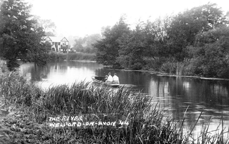 Boating on the River Avon at Welford on Avon.  1920s |  IMAGE LOCATION: (Warwickshire County Record Office)