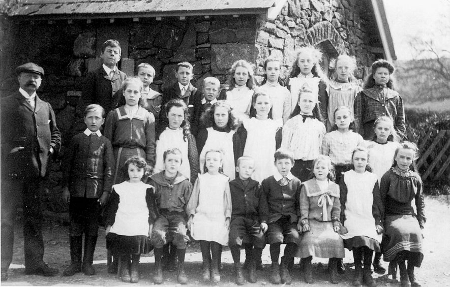 A group of Whichford school pupils with their teacher.  1900s    IMAGE LOCATION: (Warwickshire County Record Office)