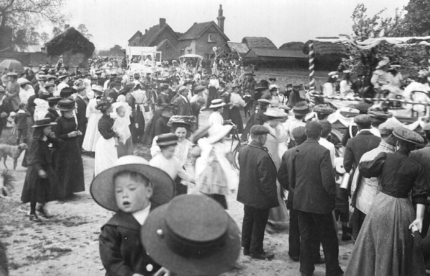 Mayday with crowds watching the procession of decorated carts with children, Stockton.  1909 |  IMAGE LOCATION: (Warwickshire County Record Office)