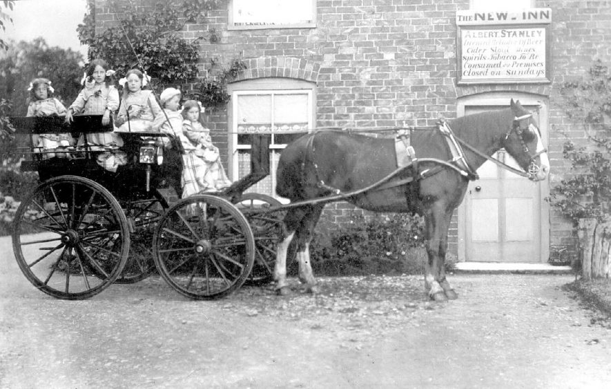 Five children in a trap in front of The New Inn, Whichford. The children were all born between 1903 and 1910/12.  1910s |  IMAGE LOCATION: (Warwickshire County Record Office)