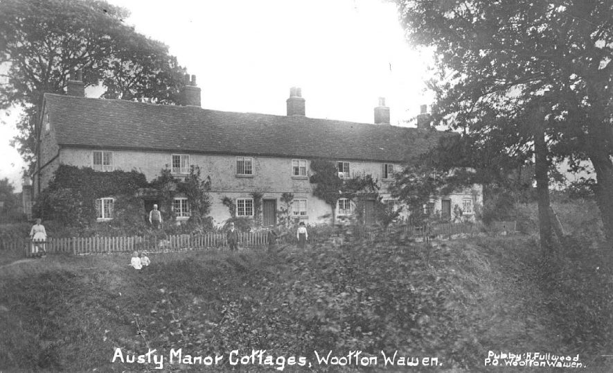 Austry Manor cottages, Wootton Wawen.  1900s |  IMAGE LOCATION: (Warwickshire County Record Office)
