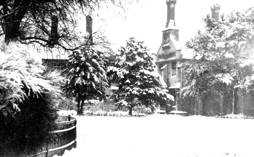 Nicholas Chamberlain's almshouses in the snow, Bedworth.  1950s |  IMAGE LOCATION: (Warwickshire County Record Office)