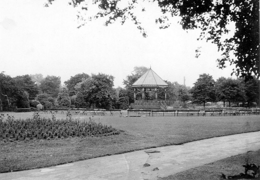 Riversley Park and bandstand, Nuneaton.  1950s |  IMAGE LOCATION: (Warwickshire County Record Office)