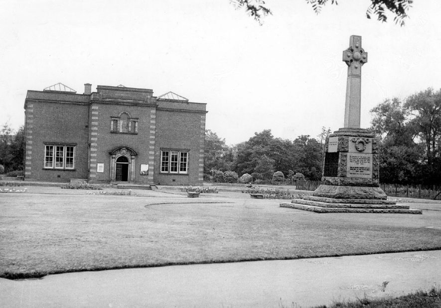The art gallery, museum and war memorial in Riversley Park, Nuneaton.  1950s |  IMAGE LOCATION: (Warwickshire County Record Office)