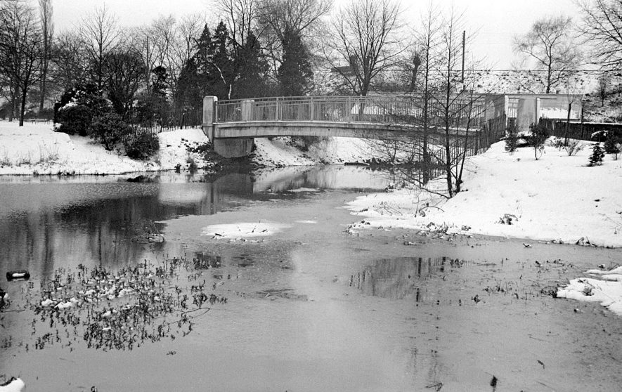 Riversley Park, Nuneaton, under snow with a new bridge over the River Anker.  1952 |  IMAGE LOCATION: (Warwickshire County Record Office)