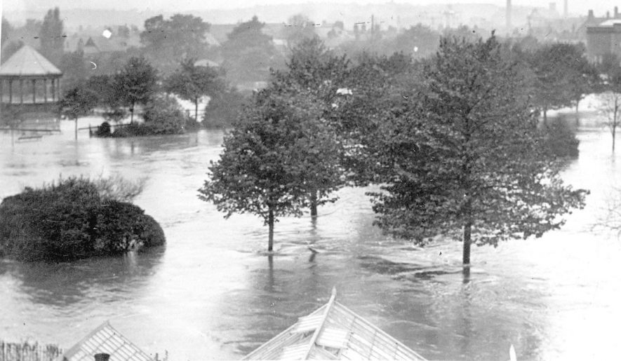 Riversley Park during the floods of 1932. |  IMAGE LOCATION: (Nuneaton Library)