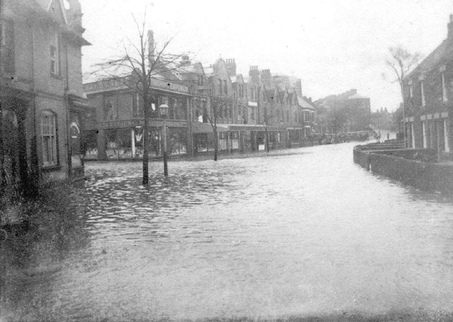 Attleborough Road looking away from Nuneaton, during the 1900 flood.    IMAGE LOCATION: (Nuneaton Library)
