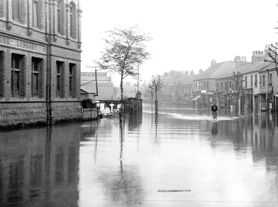 Floods in 1932 in Coventry Street facing Coton Road.  The old Library is on the left.  1932 |  IMAGE LOCATION: (Nuneaton Library)