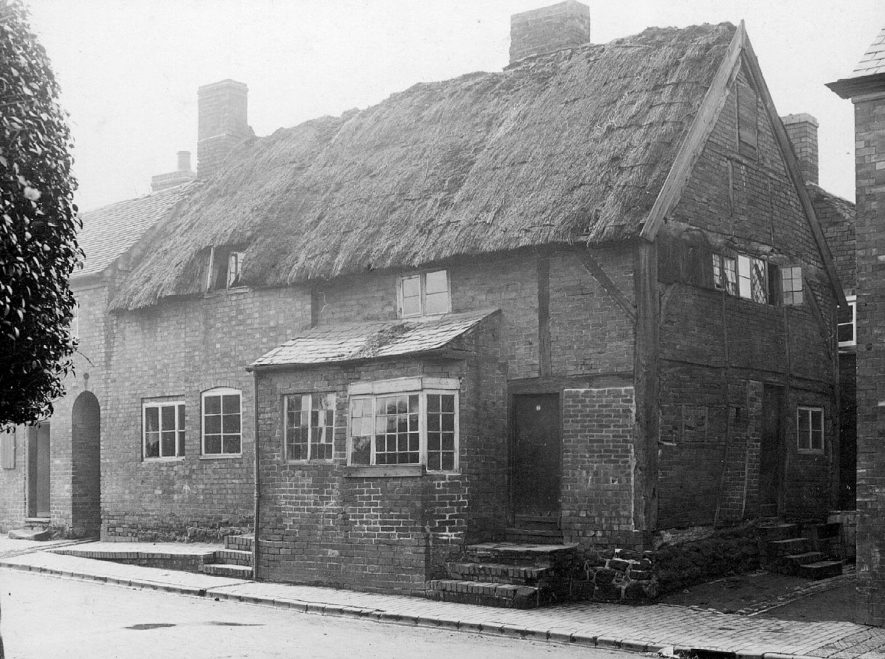 Old beer house in Hall End near junction with Avenue Road, Nuneaton.  1910s |  IMAGE LOCATION: (Nuneaton Library)