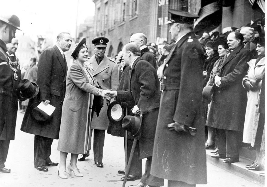 George VI & Queen Elizabeth greeted by officials outside Council House, Nuneaton.  1940s |  IMAGE LOCATION: (Nuneaton Library) PEOPLE IN PHOTO: Elizabeth II, George VI