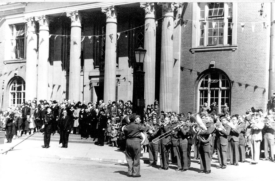 V.E. Day celebration.  Military band plays outside Nuneaton Town Hall.  Mayor, councillors and others on steps.  Taken May 13th 1945. |  IMAGE LOCATION: (Nuneaton Library)