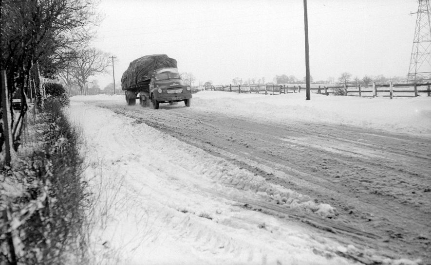 Lorry approaching Bramcote Hill, near Nuneaton in the snow.  February 25th 1958    IMAGE LOCATION: (Warwickshire County Record Office)