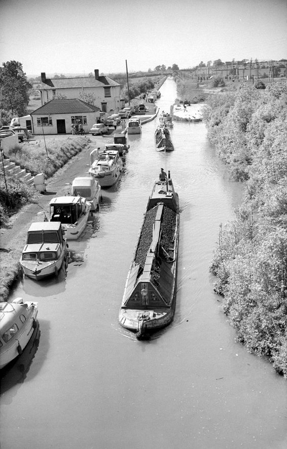 Narrow boats travelling south on the Oxford canal at Brinklow seen from the No 30 road bridge.  1963 |  IMAGE LOCATION: (Warwickshire County Record Office)