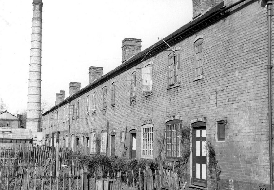 Row of terraced houses and their gardens in Vinraces Row, Long Street.  1950s |  IMAGE LOCATION: (Warwickshire Museums. Photographic Collections.)