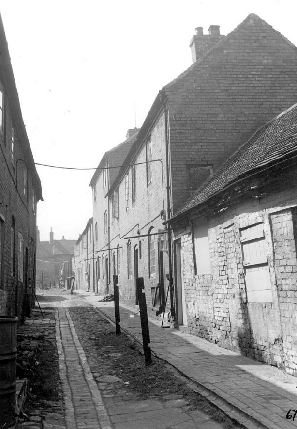 Allen's Yard on the right, with Bond's Buildings on the left. Atherstone.  1950s |  IMAGE LOCATION: (Warwickshire Museums. Photographic Collections.)