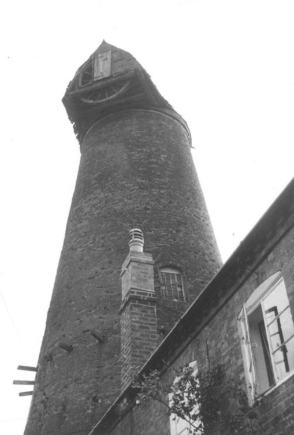 The old windmill in Harbury.  1960s |  IMAGE LOCATION: (Warwickshire County Record Office)